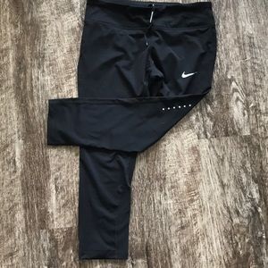 NWT Nike crop pant. Size Medium.
